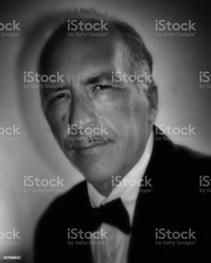 homem mais velho com bigode de lápis em preto e branco - foto de acervo