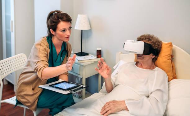 ältere patienten mit virtual-reality-brille - spanische rezepte stock-fotos und bilder