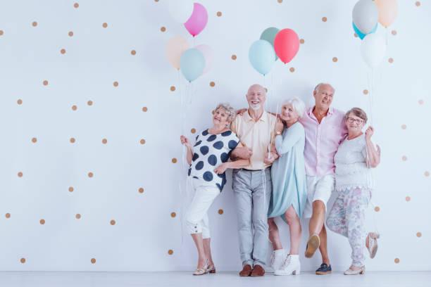 ältere menschen mit luftballons - rentenpunkte stock-fotos und bilder