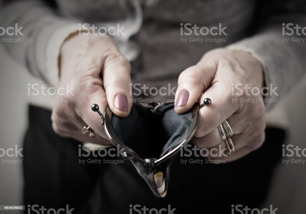 Ältere Person, die Geld Brieftasche offen – Foto