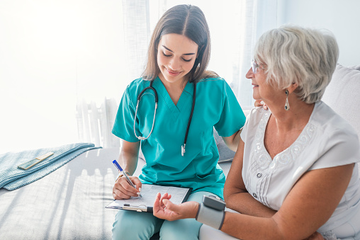 Äldre Person Har Blodtryck Kontrolleras-foton och fler bilder på Assisterat boende