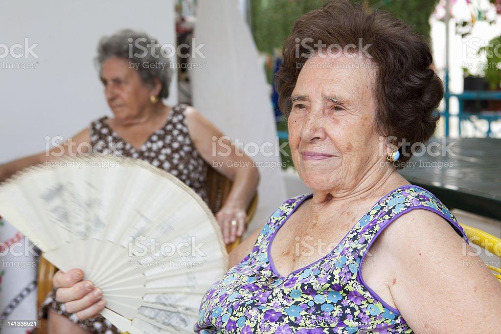 Ältere Frau fanning sich im Freien – Foto