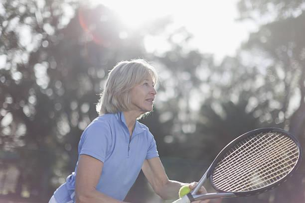 Plus Femme de jouer au tennis en plein air - Photo