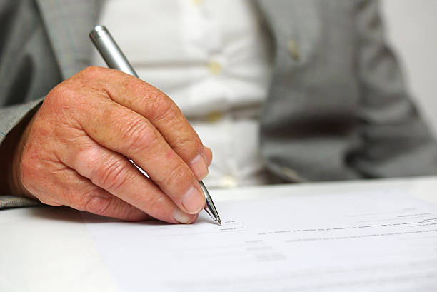 Ältere Frau Unterzeichnung des Dokuments – Foto