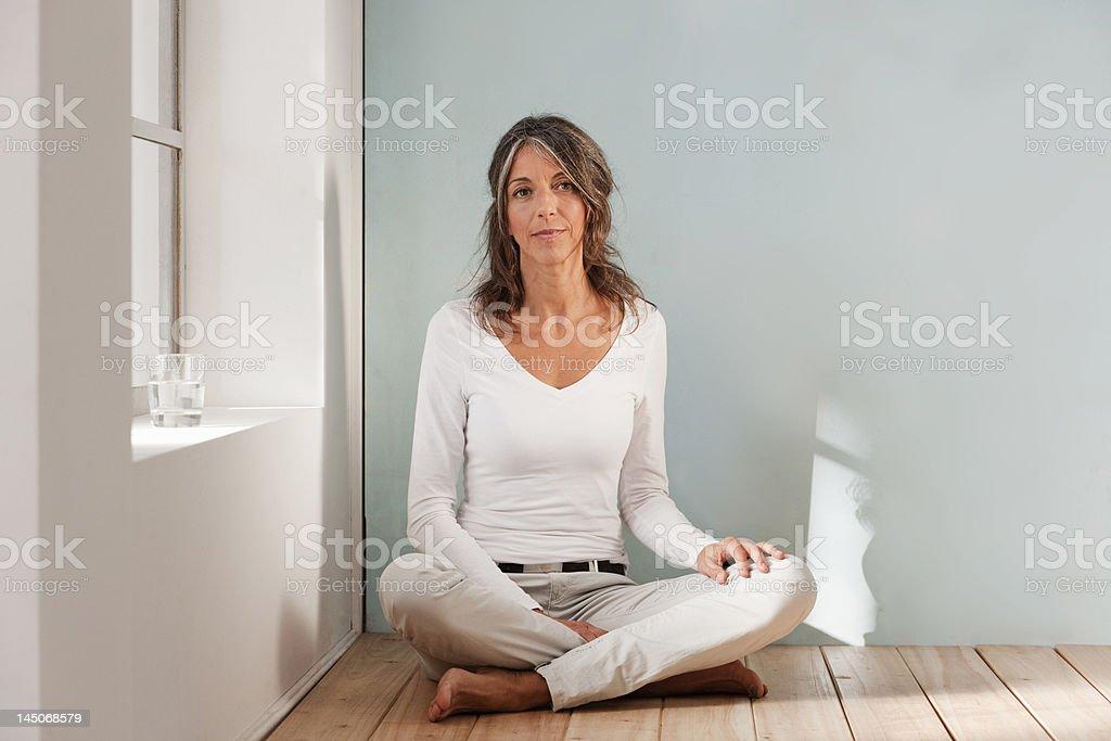 Plus femme assise sur le sol dans le studio - Photo