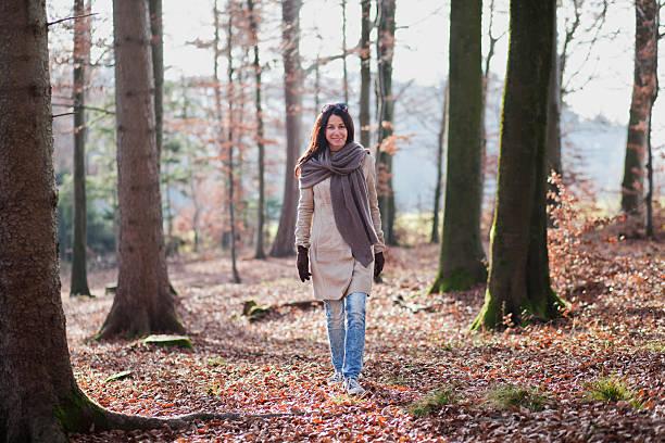 donna anziana cammina nella foresta - woman portrait forest foto e immagini stock