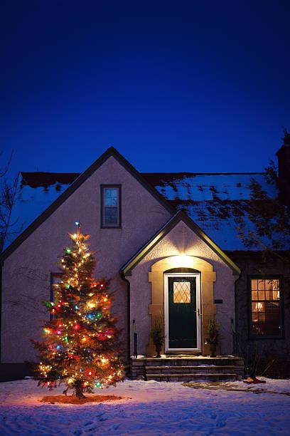 old-fashioned haus mit dekorierten weihnachtsbaum beleuchtung im schnee yard - deko hauseingang weihnachten stock-fotos und bilder