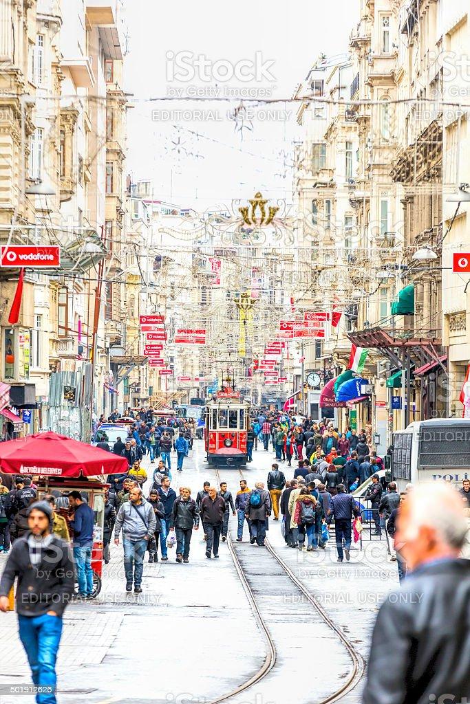 Antiguo tranvía Rojo en la calle en Estambul - foto de stock