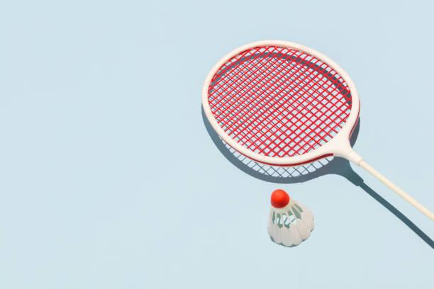raqueta de oldschool y birdie en fondo azul - bádminton deporte fotografías e imágenes de stock