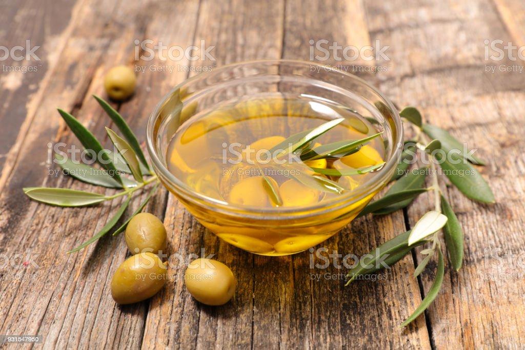 Oliva y aceite de oliva  - foto de stock