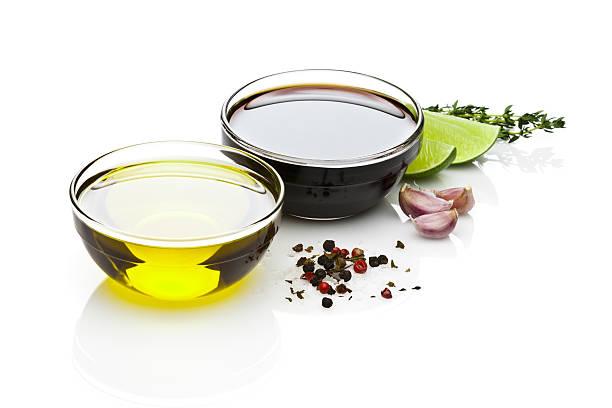 Olio di oliva e aceto balsamico ciotole su sfondo bianco - foto stock