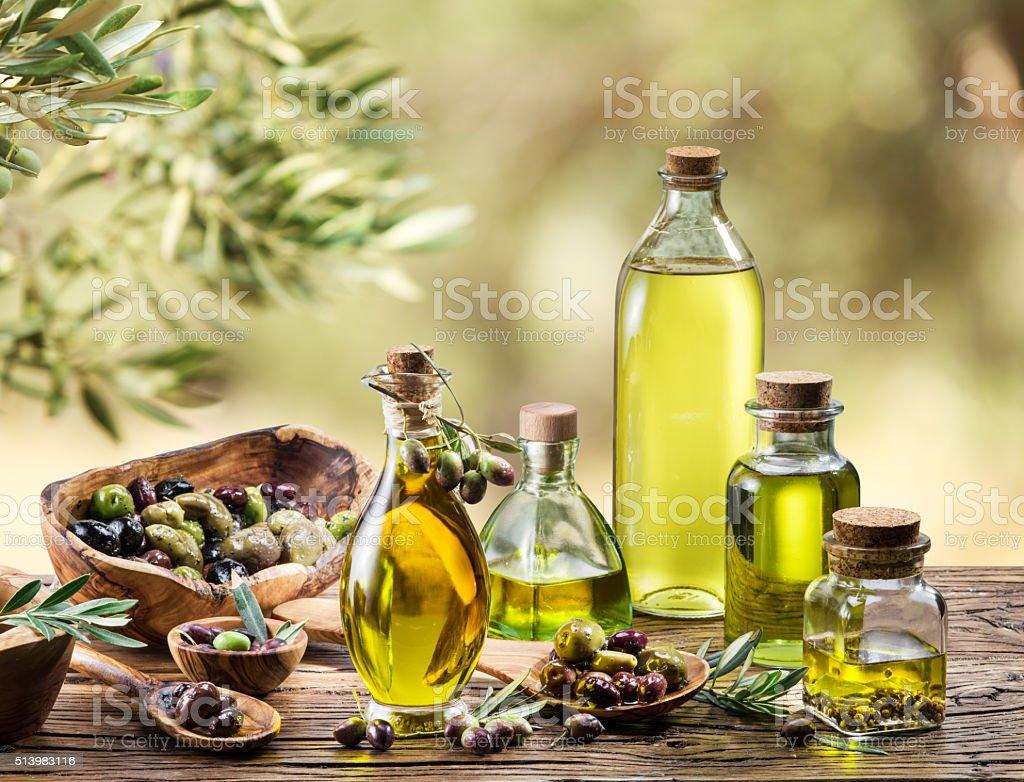 Aceite de oliva y cerezas. - foto de stock