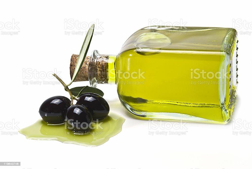 Aceite de oliva y de aceitunas negro. - foto de stock