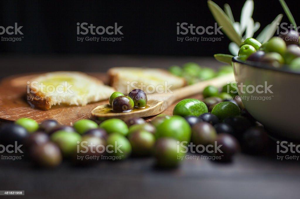 Azeite de oliva e pão na mesa de madeira rústica - foto de acervo