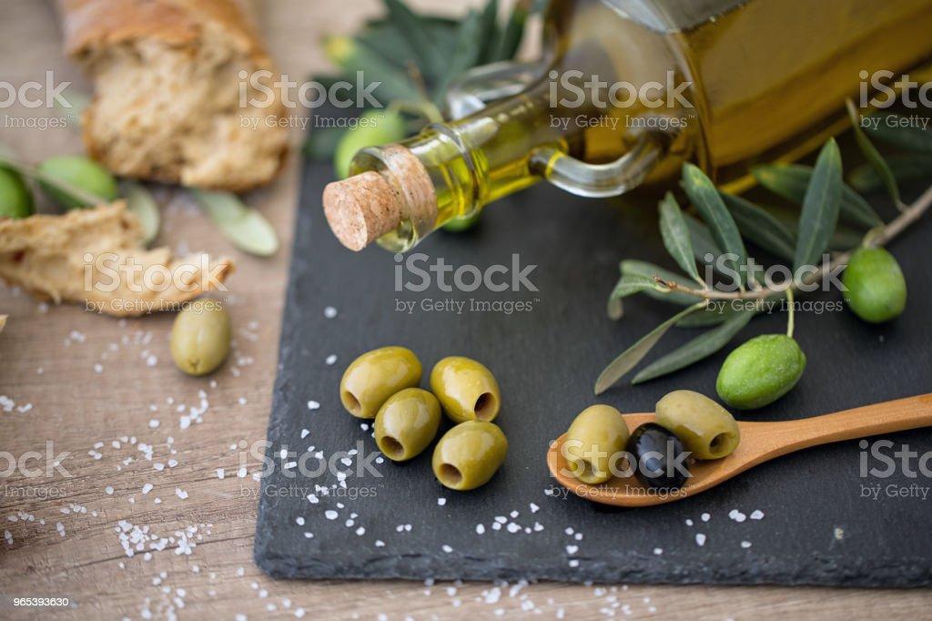 Olivenöl und frischen Oliven Mix auf dem Holztisch - Lizenzfrei Antioxidationsmittel Stock-Foto