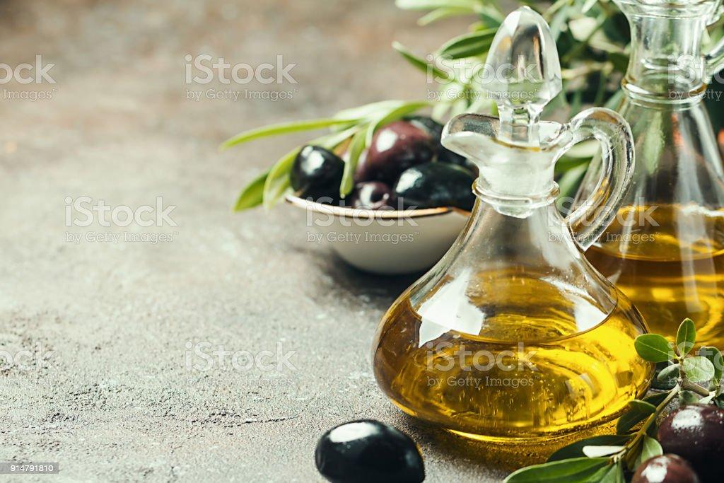 Azeite de oliva e olive branch - foto de acervo