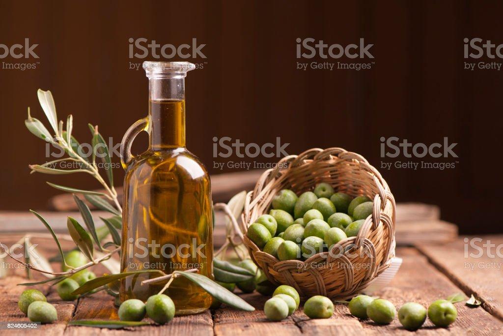 Azeite e azeitonas - foto de acervo