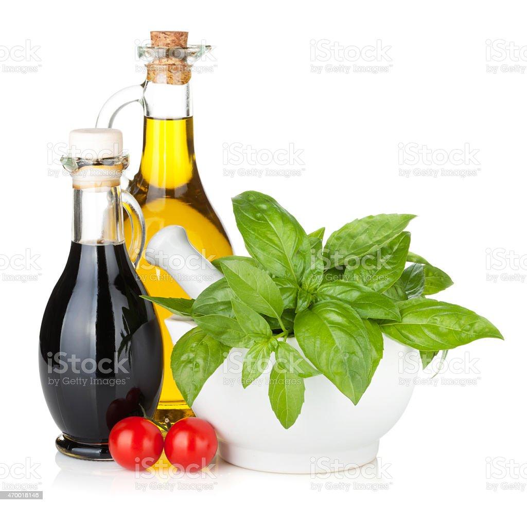 olive l und essig flaschen mit tomaten und basilikum stock fotografie und mehr bilder von 2015. Black Bedroom Furniture Sets. Home Design Ideas
