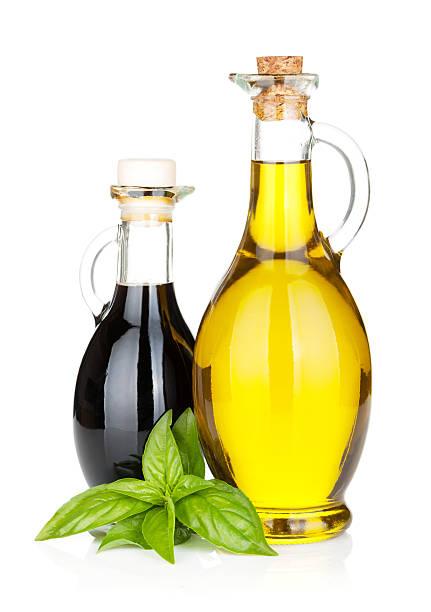 Olio di oliva e aceto bottiglie con basilico - foto stock