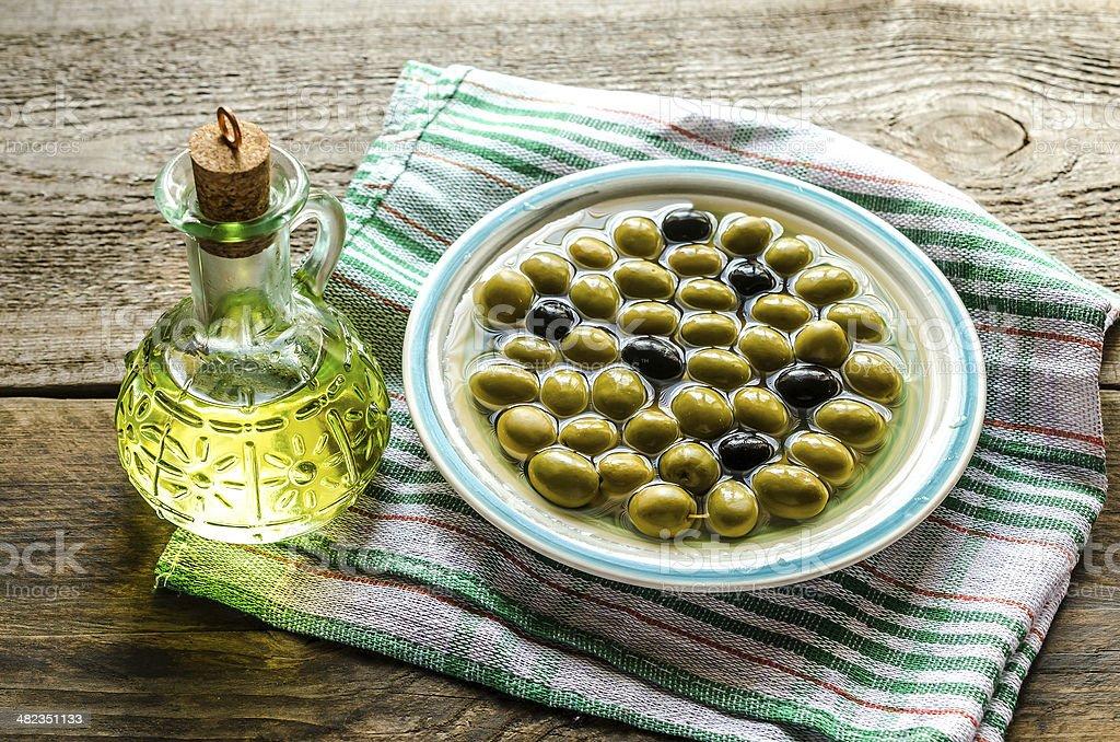 Aceite de oliva y de aceitunas completa - Foto de stock de Aceite de oliva libre de derechos