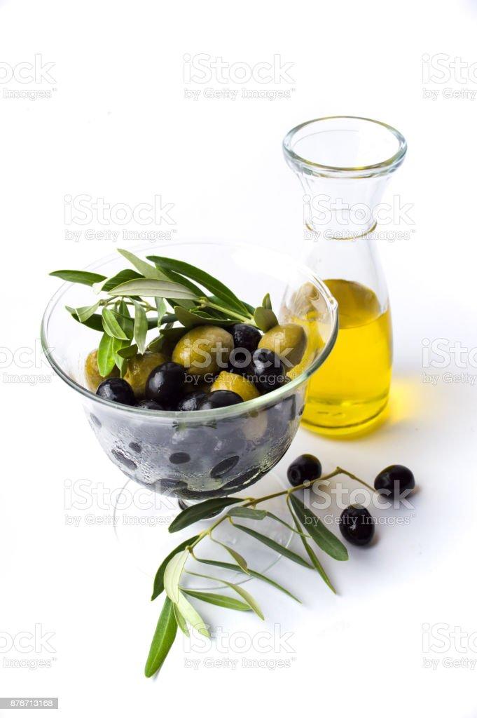 Botella de aceite de oliva y aceitunas en el vaso - foto de stock
