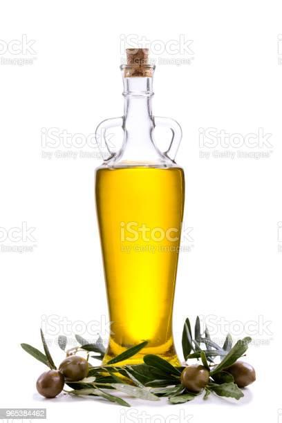 나뭇잎과 흰색 절연 올리브와 올리브 오일 병 0명에 대한 스톡 사진 및 기타 이미지
