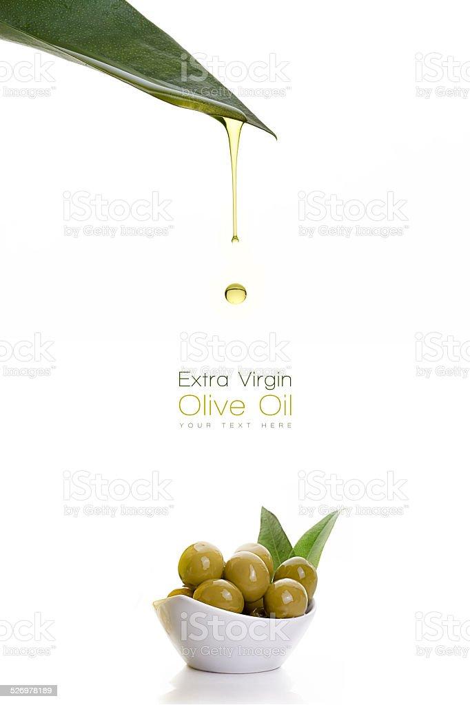 Azeite de oliva escorrendo de uma folha verde fresco. Sementes de oliva - foto de acervo
