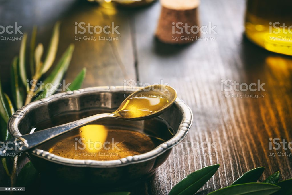 Olivenöl in eine metallische Schüssel – Foto