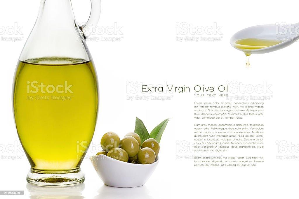 Garrafa de azeite de oliva com sementes de oliva e colher de cerâmica - foto de acervo