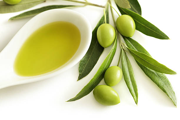 olio d'oliva - ramoscello d'ulivo foto e immagini stock