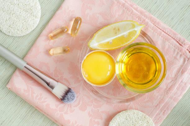 olivenöl, rohes ei, zitronen-und vitamin-e-softgels-zutaten für die zubereitung von diy gesichts-und haarmasken, peeling und feuchtigkeitscremes. hausgemachte beauty-behandlungen rezept. topansicht, kopierplatz - gesicht make up anleitungen stock-fotos und bilder