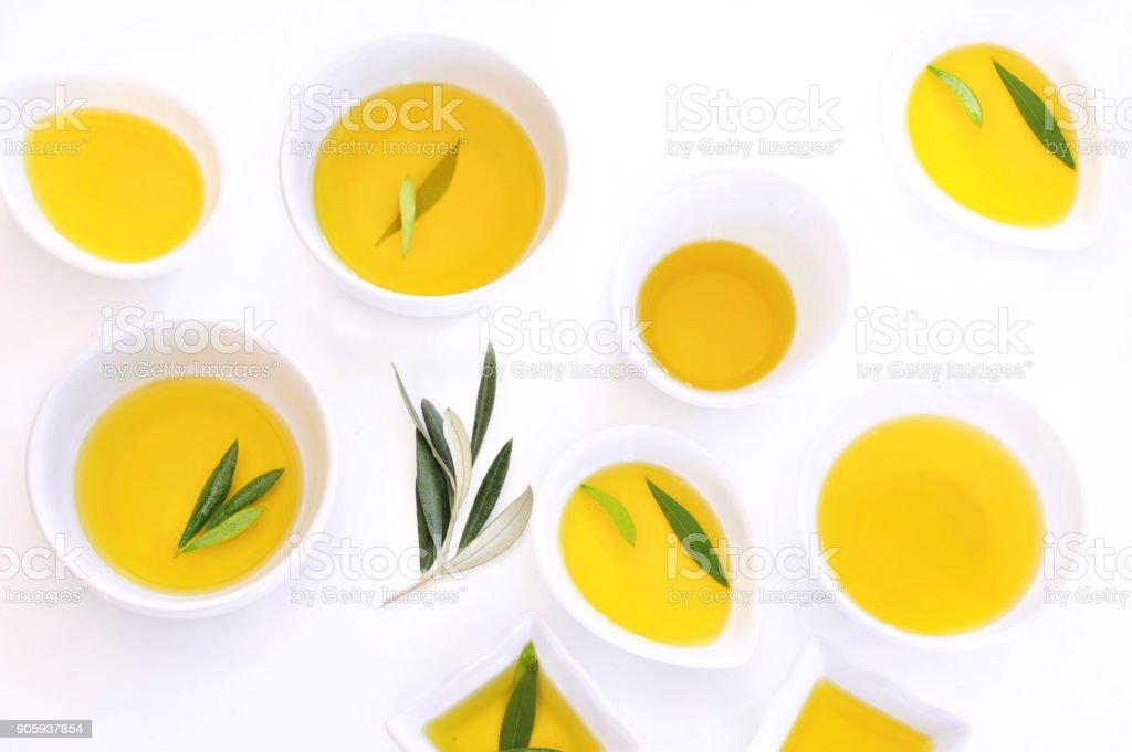 Azeite de oliva atirou por cima, sobre fundo branco - foto de acervo