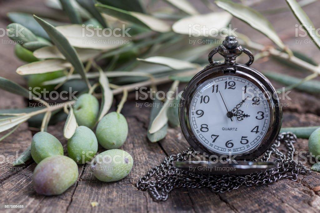 https www istockphoto com es foto aceitunas con olivo rama y bolsillo reloj en madera vieja gm867566488 144443223
