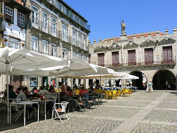 oliveira quadrado em guimarães, portugal - esplanada portugal imagens e fotografias de stock