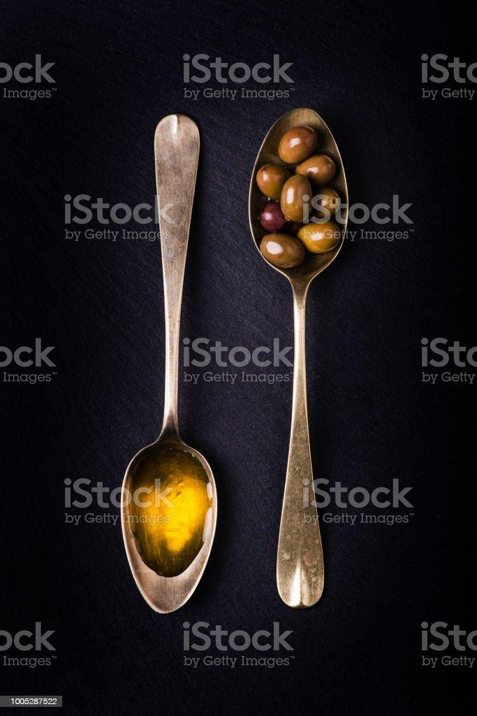 aceitunas y aceite de oliva extra virgen. Naturaleza muerta - foto de stock