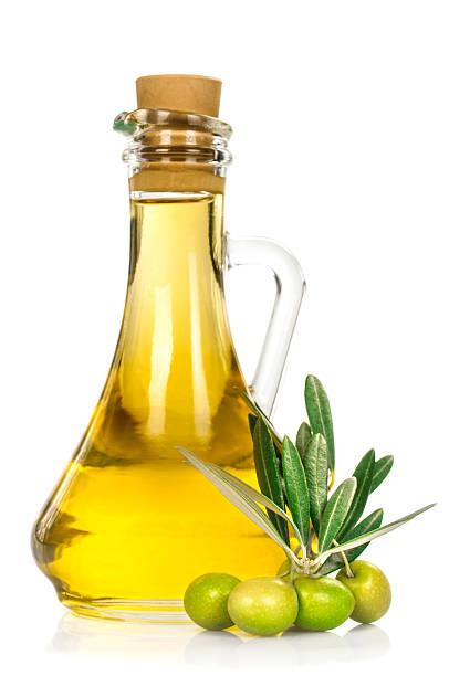 Aceitunas y una botella de aceite - foto de stock