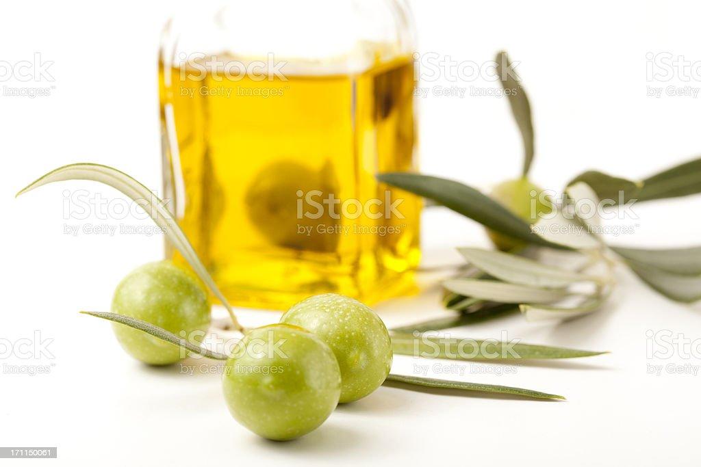 Aceitunas y una botella de aceite de oliva - foto de stock
