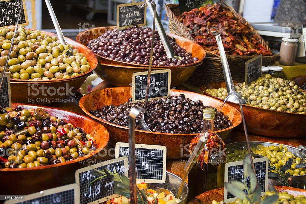 Olives in einem Straßenmarkt – Foto