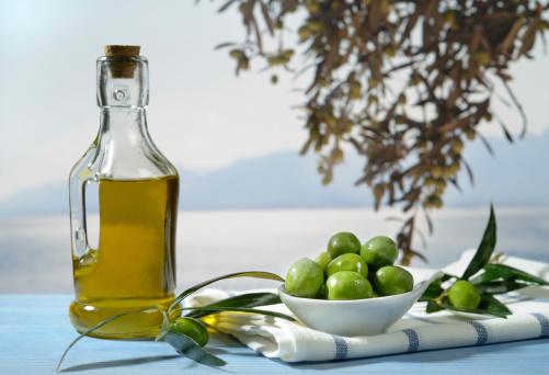 Aceitunas Y Aceite De Oliva Foto de stock y más banco de imágenes de Aceite de oliva