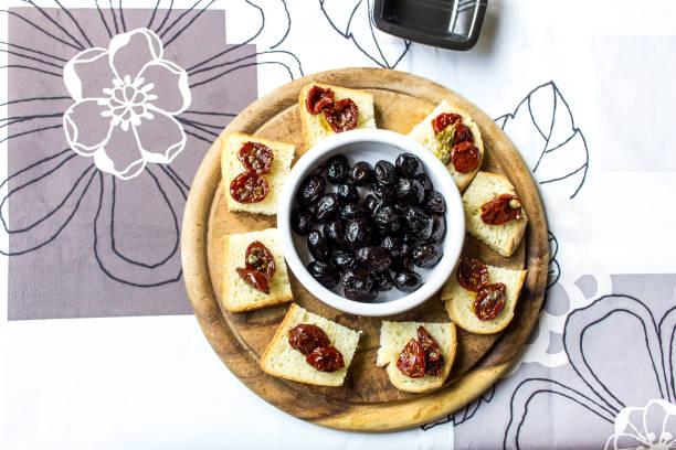 olives - oliven wohnzimmer stock-fotos und bilder