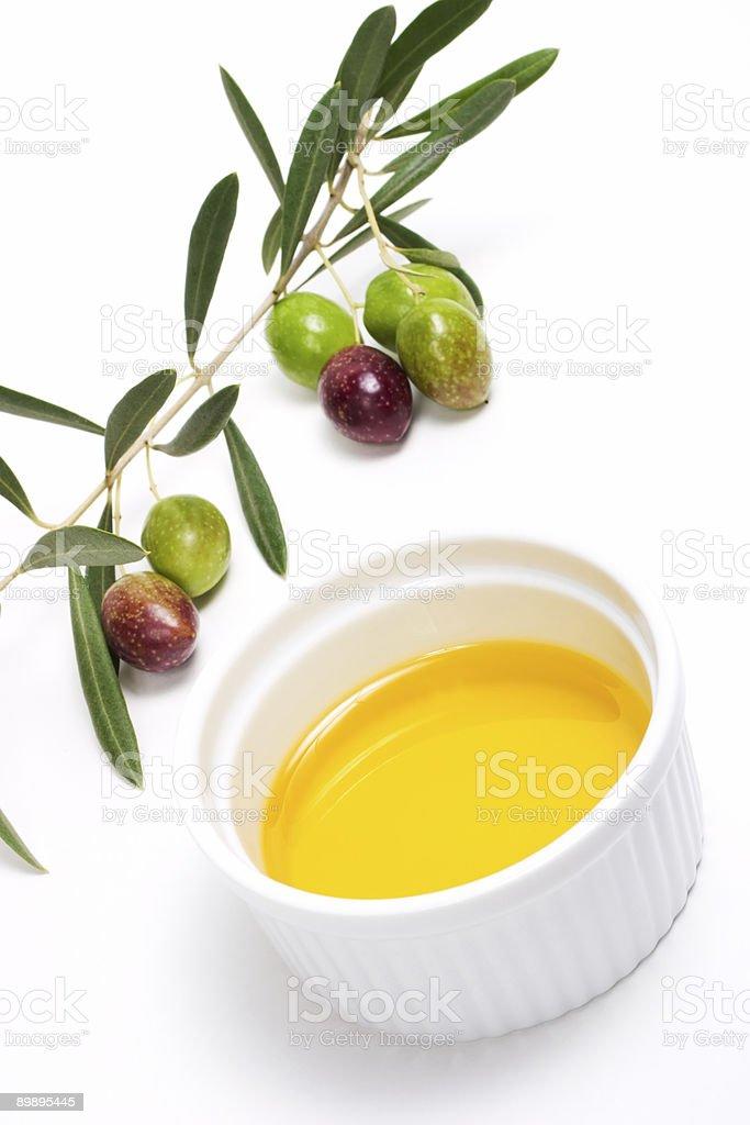 Aceitunas ramita y un aceite de oliva puro foto de stock libre de derechos