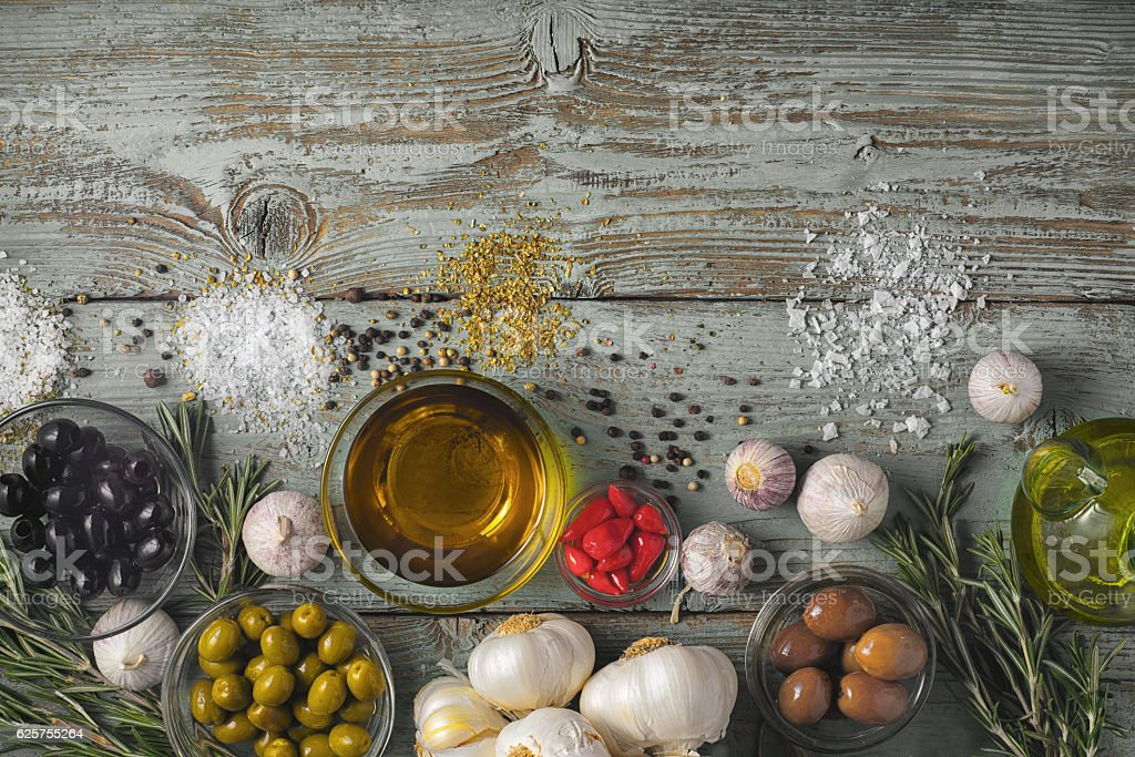 Olives with seasoning mix on blue wooden table top view – Foto