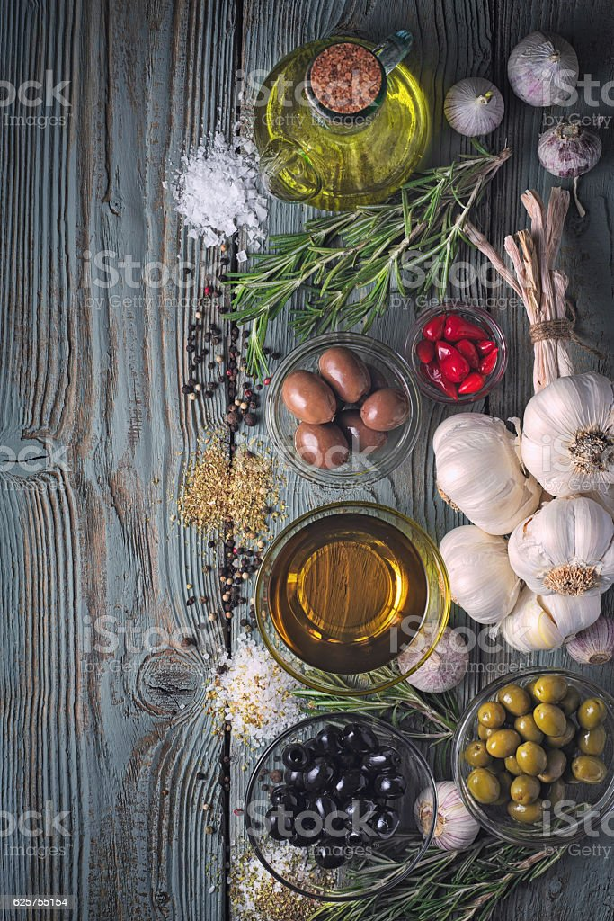 Olives with seasoning mix on the blue wooden table vertical Lizenzfreies stock-foto