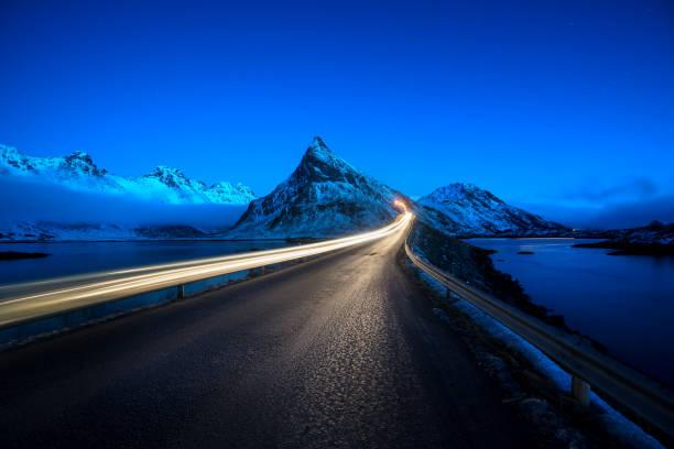 Olstind montagem e carro de luz. Ilhas Lofoten, tempo de primavera, Noruega - foto de acervo