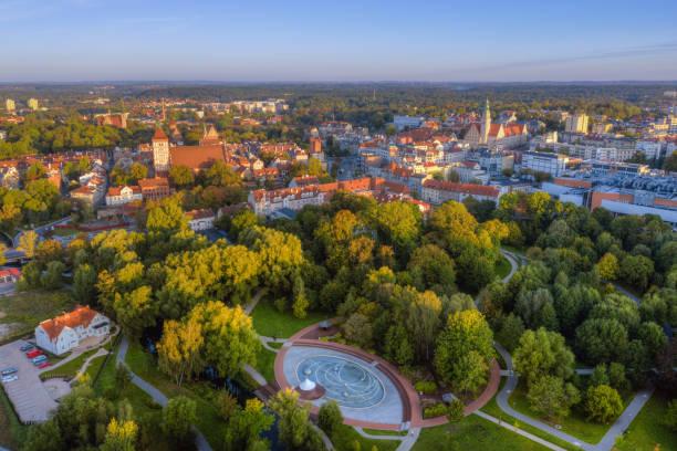 vista aérea 3 de olsztyn - sol nascente horizonte drone cidade - fotografias e filmes do acervo