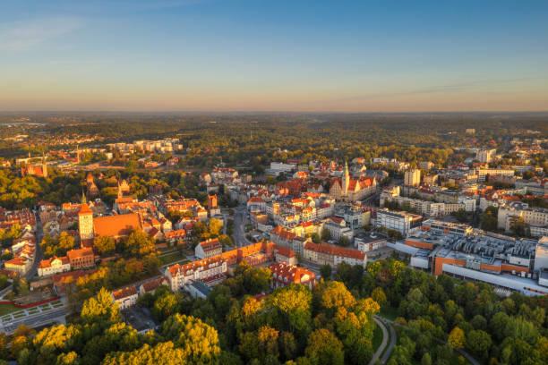 vista aérea de olsztyn - sol nascente horizonte drone cidade - fotografias e filmes do acervo