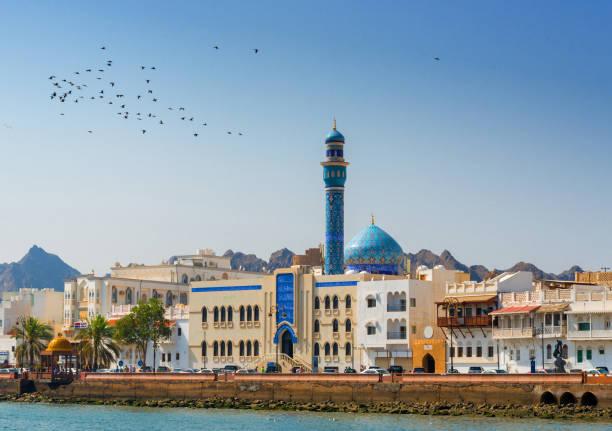 oman-muskat, masjid al rasool al a ' dham moschee mit blumen - maskat stock-fotos und bilder