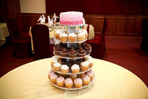 ombre cake with tiered cupcakes - cupcake türme stock-fotos und bilder