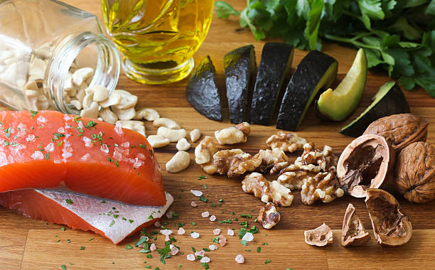 ómega - 3 alimentos em fundo de madeira - mediterranean food imagens e fotografias de stock