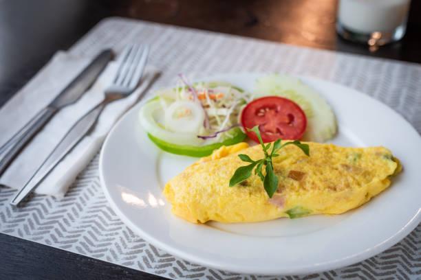 omelette und gemüse - esszimmer buffet stock-fotos und bilder